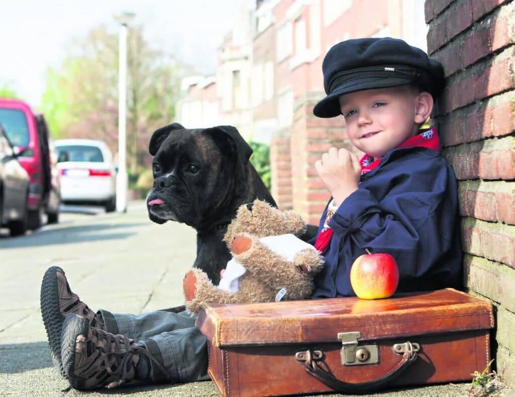 Kind macht Urlaub mit Hund