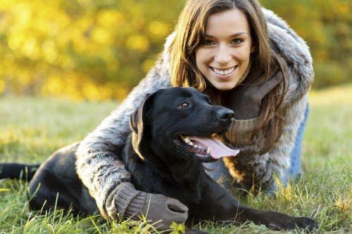 Frau mit Labrador
