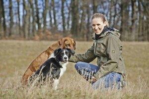 Conny Sporrer absolvierte das Hundetrainer-Studium in Bonn und brachte als erste Österreicherin Rütter's D.O.G.S. nach Wien. Foto: © Robert Polster