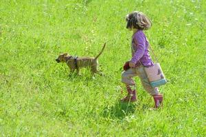 Kleinkind mit Hund auf Wiese, Foto: Christian Damböck