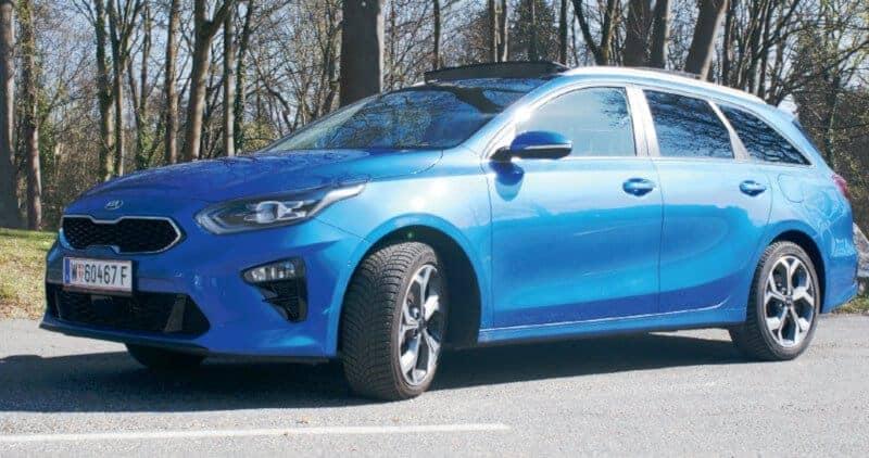 kia ceed sportswagon kombi test hund auto blau