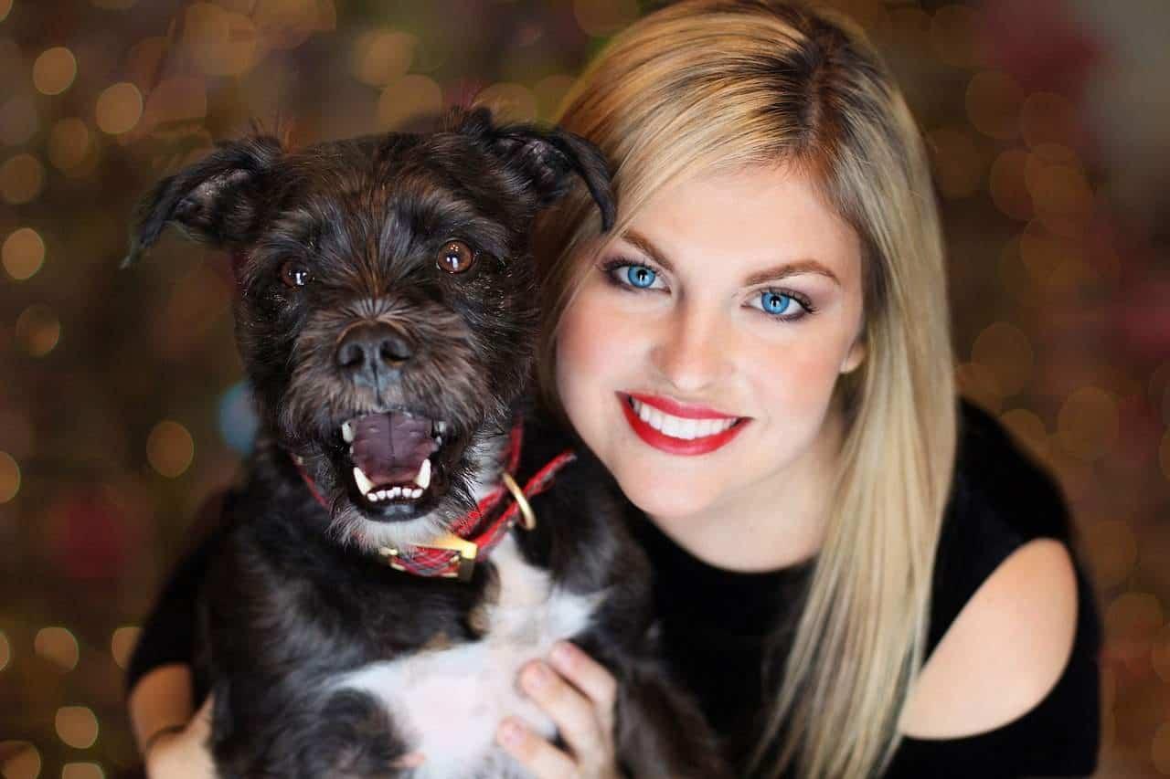 Kleiner Hund mit blonder Frau lächeln in die Kamera, Wandern mit Hund. /pixabay (TerriC)