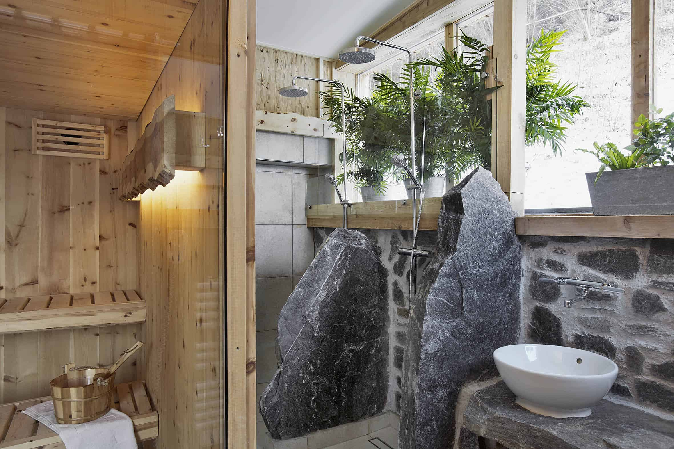 Dusche mit anschließender Sauna.