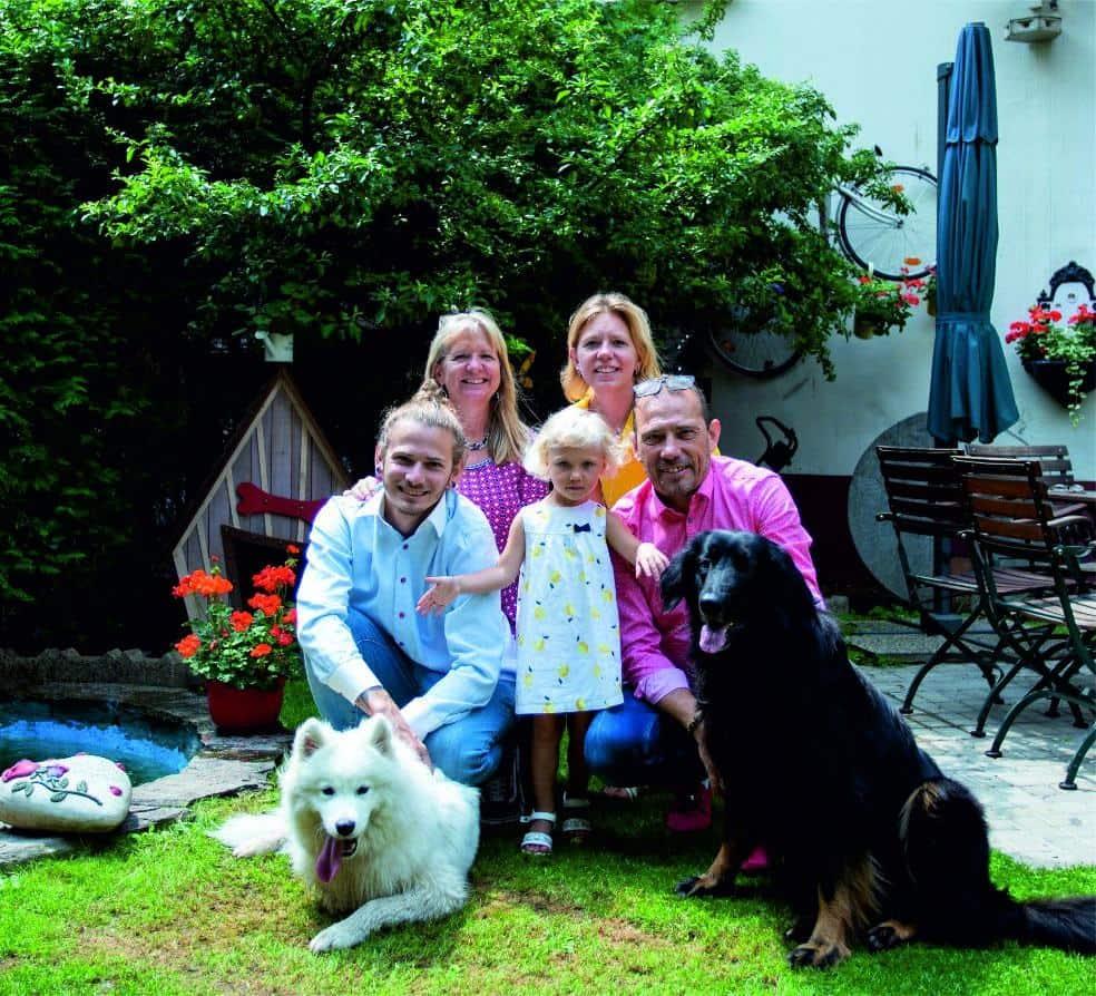 Gruppenfoto der Familie Sobotka mit ihren Hunden und Kinder.