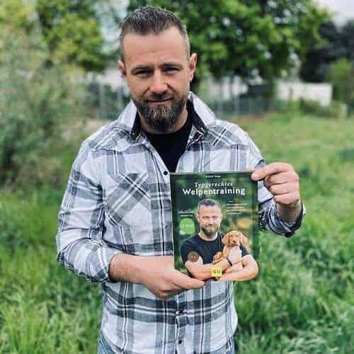 André Vogt posiert mit seinem neuen Buch in der Hand.