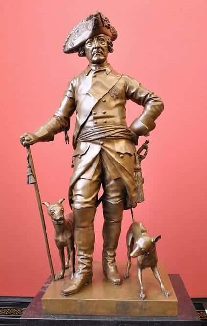 Eine Bronze-Statuette zeigt Friedrich II. mit zwei Italienischen Windspielen.